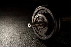 muskelaufbau im fitnessstudio